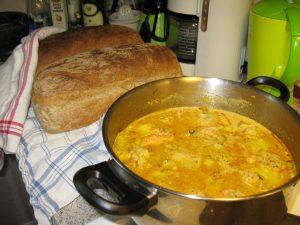 Fisksoppa och nybakat bröd